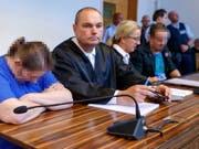 Die Mutter des missbrauchten Kindes (links) und ihr Lebenspartner warten mit ihren Anwälten auf die Urteile. (Bild: KEYSTONE/EPA/RONALD WITTEK / POOL)
