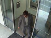 Bevor der Bankräuber in die Pedalen trat und mit einem Velo flüchtete: Eine Überwachungskamera hat den Mann beim Verlassen der Filiale in Wollishofen festgehalten. (Bild: Stapo Zürich)