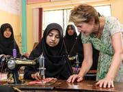 Simonetta Sommaruga besucht in Sri Lanka ein Berufsbildungsprojekt, wo Mädchen zu Schneiderinnen ausgebildet werden. (Bild: Keystone/PATRICK HUERLIMANN)