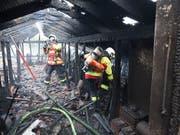 Feuerwehrleute bekämpfen die Flammen nach dem Blitzeinschlag im Dachstock eines Mehrfamilienhauses in Luzern. (Bild: Feuerwehr Stadt Luzern)