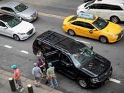 Auf New Yorks Strassen buhlen derzeit über 80'000 Taxis und Fahrdienste um Gäste. (Bild: KEYSTONE/AP/MARY ALTAFFER)