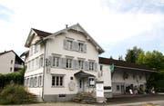 Empfängt derzeit und wohl auch künftig keine Gäste mehr: Das Restaurant Hirschen am westlichen Dorfeingang Schwarzenbachs. (Bild: Philipp Stutz)