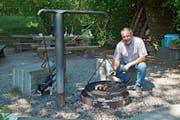 Othmar Schmid grilliert gerne an der Feuerstelle Strohwilen. Auch eine schwarz-weisse Katze lässt sich dort häufig blicken. (Bild: Mario Testa)