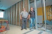 Im Haus Espen in Engelberg wird gebaut: Bauherr Josef Infanger und Architektin Petra Engelberger zwischen zwei Zimmern. (Bilder: Corinne Glanzmann (Engelberg, 7. August 2018))