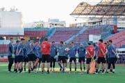 Musste das Training auf dem Nebenplatz austragen: der FC Luzern mit Trainer René Weiler (Mitte mit Ball). (Bild: Martin Meienberg/Freshfocus (Piräus, 8. August 2018))