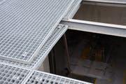 Ein Gitter rutschte weg, der Bauarbeiter fiel ins Loch. (Bild: Kapo SG)