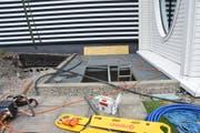 Ein Bauarbeiter fiel 4,8 Meter in die Tiefe. (Bild: Kapo SG)