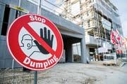 Die Gewerkschaften wollen mit allen Mitteln Dumpinglöhne verhindern – nicht nur auf Baustellen. (Bild: Christian Merz/Keystone)