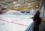 Eismeister Erwin Fassbind bereitet das Eis in der EVZ-Trainingshalle vor. (Bild: Stefan Kaiser (Zug, 7. August 2018))
