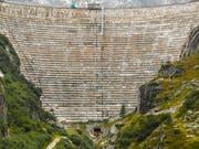 Dahinter liegt die saisonal normale Wassermenge: Die Staumauer des Grimselsees. (Bild: KEYSTONE/PETER KLAUNZER)