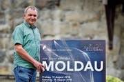 Orchesterleiter Leo Gschwend rührt gerne die Werbetrommel für die bevorstehenden Schlosshofkonzerte. (Bild: Max Eichenberger)