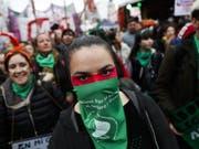 Abtreibungsbefürworterinnen vor dem Parlament in Buenos Aires. (Bild: KEYSTONE/EPA EFE/DAVID FERNANDEZ)