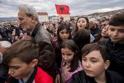 Ethnische Albaner begrüssen im serbischen Trnovac den albanischen Ex-Präsidenten Bujar Nishani. (Bild: Valdrin Xhemaj/EPA; 7. März 2017)