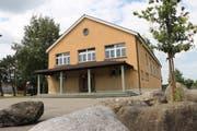 Die alte Turnhalle ist gemäss Schulpräsident Heinz Leuenberger schon länger sanierungsbedürftig. (Bild: Hannelore Bruderer)