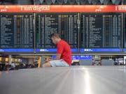 Nach einer Evakuierung von Teilen des Flughafens Frankfurt am Vortag erwarten die Betreiber auch am Mittwoch noch Flugausfälle und Verspätungen. (Bild: KEYSTONE/EPA/THORSTEN WAGNER)