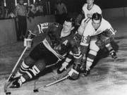 Die Chicago-Blackstars-Ikone Stan Mikita - hier in einer Partie von 1965 gegen die Detroit Red Wings - wurde 78 Jahre alt (Bild: KEYSTONE/AP)