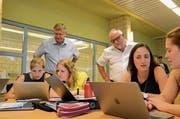 Beat Brüllmann und Heinz Leuenberger besuchen eine Lehrerweiterbildung im Modul Medien und Informatik in Aadorf. (Bild: PD/Markus Zahnd)