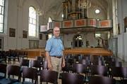 Kirchenpräsident Martin Dudle inmitten der neuen Stühle der Pfarrkirche Hergiswil. (Bild: Corinne Glanzmann (Hergiswil, 31. Juli 2018))