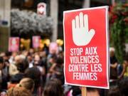 Rund 100 Personen haben am Donnerstagabend in Genf gegen Gewalt an Frauen protestiert. Anlass für die Kundgebung war ein Angriff einer Gruppe Männer auf fünf Frauen vom Mittwoch. Zwei der Frauen wurden so schwer am Kopf verletzt, dass ihr Zustand weiterhin ernst ist - eine davon liegt sogar im Koma. (Bild: KEYSTONE/JEAN-CHRISTOPHE BOTT)