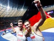 Gold und Silber: Der Sieger Thomas Röhler (rechts) mit Teamkollege Andreas Hofmann (Bild: KEYSTONE/EPA/FELIPE TRUEBA)