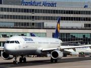 Die Flugzeuge am Frankfurter Flughafen können nach einer Unwetterpause wieder abheben. (Bild: KEYSTONE/AP dapd/THOMAS LOHNES)
