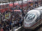 Überfüllt ist der Hauptbahnhof Frankfurt, nachdem der Zugverkehr in der Region wegen eines Unwetters vorübergehend nahezu komplett eingestellt wurde. (Bild: Keystone/DPA/BORIS ROESSLER)