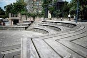 Sitzgelegenheit, aber auch beliebter Tummelplatz für Kinder: die Holzelemente am Landsgemeindeplatz. (Bild: Stefan Kaiser (Zug, 6. August 2018))