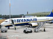 Bei Ryanair kommt es am Freitag durch Piloten-Streiks zu Flugausfällen. (Bild: KEYSTONE/EPA/SASCHA STEINBACH)