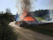 Eine Scheune in Glashütten AG ist am Donnerstag vollständig niedergebrannt. Die Feuerwehr konnte jedoch ein Übergreifen der Flammen verhindern. (Bild: Kantonspolizei Aargau)