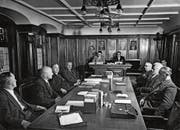 Aus einer Zeit, als die Standeskommission noch aus neun Mitgliedern bestand. 1954 waren im Sitzungszimmer auch noch der Zeugherr und der Armleutsäckelmeister präsent. Damals in den beiden mittlerweile abgeschafften Ämtern: Niklaus Senn respektive Carl Knechtle (beide vorne links). (Bild: PD)