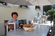 Irene Baumann auf der Terrasse des Restaurant Rössli. Seit 2011 ist sie Pächterin. (Bild: Annina Quast)