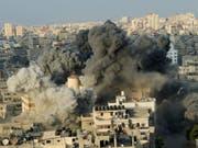 Noch am Donnerstag kam es in Gaza-Stadt zu schweren Angriffen durch die israelische Luftwaffe. (Bild: KEYSTONE/AP/ARAFAT KAREEM)