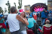 Ausgelassene Stimmung am Volksschlager auf dem Heitere. Bild: Dominik Wunderli (Zofingen, 9. August 2018)