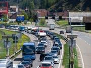 Der Rückreiseverkehr in Richtung Norden staute sich auf der Autobahn A2 vor dem Südportal des Gotthard-Tunnels am Donnerstagnachmittag bis auf 11 Kilometer. (Bild: KEYSTONE/SAMUEL GOLAY)