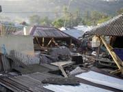 Vier Tage nach dem verheerenden Erdbeben ist die indonesische Ferieninsel Lombok von einem schweren Nachbeben erschüttert worden. Das neue Beben am Donnerstag hatte nach amtlichen Angaben die Stärke 6,2. Dabei stürzten erneut mehrere Gebäude ein. (Bild: Keystone/AP/FIRDIA LISNAWATI)