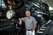 Er ist auch ein Eisenbahn-Experte: Beat Klarer, fotografiert im Verkehrshaus Luzern vor der legendären Gotthard Dampflokomotive C 5/6 Nr 2965 Elefant. (Bild: Pius Amrein, (8. August 2018))