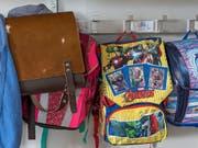 Die Gänge und Garderoben in den Schulhäusern sind bald wieder belebt. Am Montag gehen in zwölf Kantonen die Sommerferien zu Ende. (Bild: KEYSTONE/GEORGIOS KEFALAS)