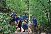 Fünf Lernende beim Brückenbau im Einsatz: Leon Künzler, Endrit Redzepi, Elias Wirth, Sened Tesfay und Riad Redjepi (v.l.). (Bild: Sabrina Schmid)