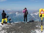 Die Berge sind auch im Sommer mit Gefahren verbunden: Touristen während der Hitzeperiode auf dem Klein Matterhorn. (Bild: KEYSTONE/DOMINIC STEINMANN)