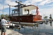 Das Schiff hängt an einem speziellen Kran, um ins Wasser gelassen zu werden. (Bild: Lara Jörgl)
