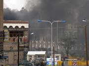 Bei einem Luftangriff auf einen Schulbus im Jemen sind dem Gesundheitsministerium der Huthi-Rebellen zufolge am Donnerstag mindestens 47 Menschen getötet worden. Viele der Toten und der mehr als 77 Verletzten seien Kinder, sagte ein Sprecher Jussef al-Hadri. (Bild: Keystone/AP/YEMENI NEWS AGENCY)