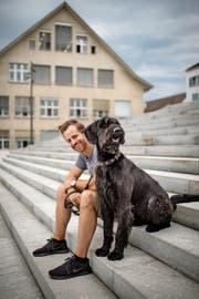 Die Frisur und sein Lachen hat er beibehalten: Andreas Kundert mit Hund Henox. (Bild: Benjamin Manser)