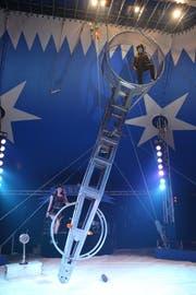 Artisten zeigen ihr Können im Circus Harlekin.