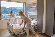 Bei einer angenehmen Raumtemperatur fällt die Arbeit der Pflege leichter: die Stv. Stationsleiterin Interdisziplinäre Station Stefanie Forrer (links) und Fachfrau Gesundheit Heidi Widmer. (Bild: PD)
