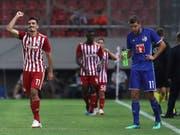 Die Griechen von Olympiakos Piräus konnten gleich viermal jubeln, rechts lässt Pascal Schürpf den Kopf hängen (Bild: KEYSTONE/AP/PETROS GIANNAKOURIS)