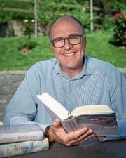 Martin Pfister zeigt die Bücher, die er zurzeit liest: «Augustus» von John Williams, Arthur Brühlmeiers «Jessy und Jim» sowie «Geschichte der Schweiz im 20. Jahrhundert» von Jakob Tanner. (Bild: Christian H. Hildebrand (Allenwinden, 12. Juli 2018))