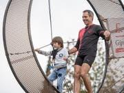 Vater und Sohn auf Rekordjagd: Der Schweizer Hochseilartist, Stuntman und Extremsportler Freddy Nock und Leo versuchen sich im Todesradlaufen. (Bild: KEYSTONE/URS FLUEELER)