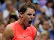 Titelverteidiger Rafael Nadal hatte am US Open hart zu kämpfen, bis sein Einzug in die Achtelfinals feststand (Bild: KEYSTONE/FR110666 AP/ADAM HUNGER)