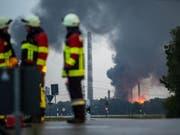 Ein Brand ist auf einem Raffineriegelände in der Nähe von Ingolstadt hat acht Verletzte gefordert. Rund 1800 Menschen mussten vorübergehend evakuiert werden. (KEYSTONE/Lino Mirgeler) (Bild: KEYSTONE/dpa/LINO MIRGELER)