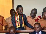 Der ugandische Oppositionspolitiker und Ex-Sänger Bobi Wine war Mitte August festgenommen worden. Am 23. August (Bild) wurde er vor Gericht gestellt. Er wurde wegen Hochverrats angeklagt. (Bild: KEYSTONE/AP)